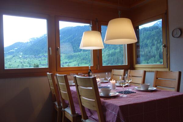 Uitzicht op Ernen vanuit eethoek vakantiehuis LuxLax